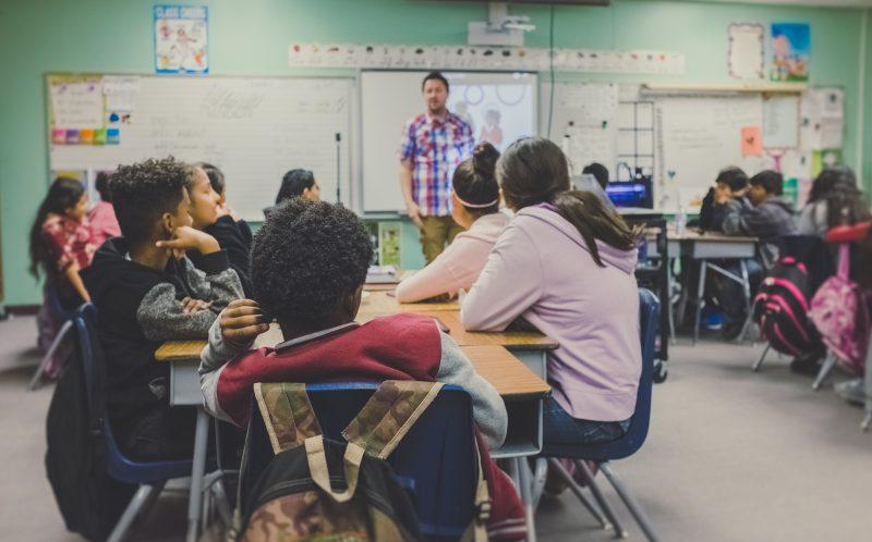 Unterricht in einem Klassenraum in einer Schule mit Qualität gemäß ISO 29993